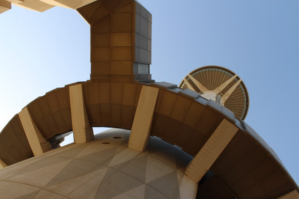 Ruta urbana en Kuwait City: La Torre de la Liberación desde el suelo
