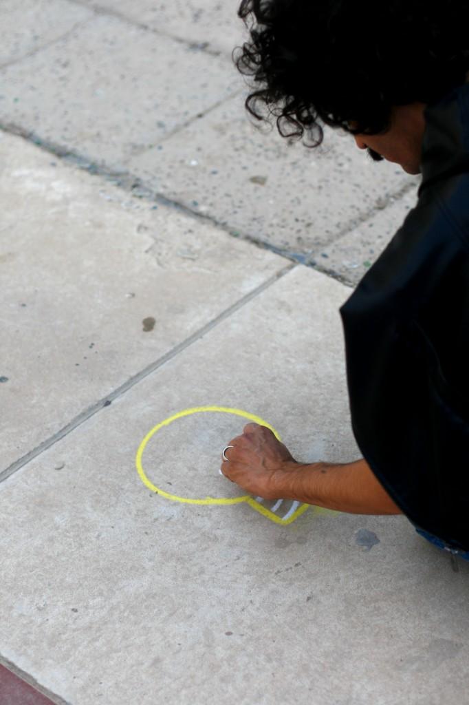 Uno de los participantes de la ruta urbana dibuja una bombilla junto a una luminaria rota
