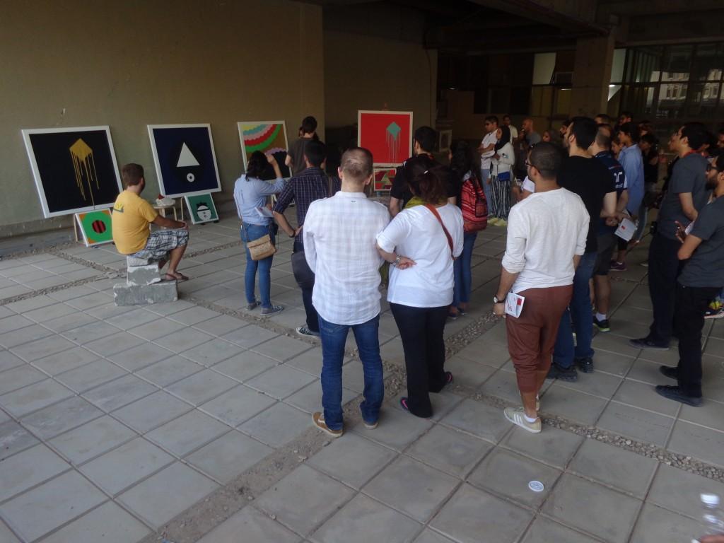 Todos los participantes en la ruta urbana se reúnen para ver las obras de arte
